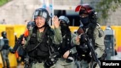 香港防暴警察2019年10月13日在大埔区街道上巡逻。