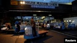 Tsukiji ငါးေစ်းတြင္ အလုပ္လုပ္ေနေသာ အလုပ္သမားတဦး