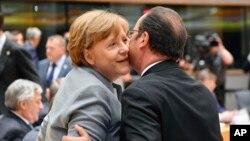 Pozdravljanje nemačke kancelarke Angele Merkel i francuskog predsednika Fransoa Olanda pre početka sastanka u Briselu