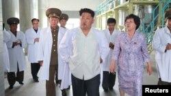 북한의 김정은 국방위원회 제1위원장(가운데)이 지난달 6일 평양생물기술연구원을 현지 지도했다고, 북한 관영 '조선중앙통신'이 보도했다.