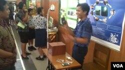 Putu Agastya Satryana (kanan), siswa SMP dari Bali, dengan meja belajar beraliran listrik buatannya. (VOA/Muliarta)