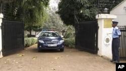 肯尼亚警察在委内瑞拉代办寓所前站岗