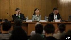 Phóng viên Gervasio Sanchez (phải) người phát ngôn cho phóng viên Javier Espinosa và Garcia-Vilanova, phát biểu trong một cuộc họp báo tại Madrid.