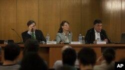 Juru bicara wartawan dan fotografer surat kabar El Mundo dalam sebuah konferensi pers di Madrid, Spanyol pada bulan Desember.