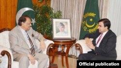 صدر ممنوں حسین افغان سفیر کے ساتھ ایوان صدر میں۔ 28 جولائی، 2015