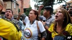 Para penentang perjanjian damai pemerintah Kolombia dengan kelompok pemberontak FARC merayakan kemenangan hasil referendum di Bogota, Minggu (2/10).