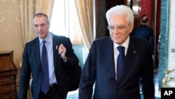 Former senior International Monetary Fund official Carlo Cottarelli, left, arrives for a meeting with the Italian President Sergio Mattarella at the Quirinal Palace in Rome, Italy, May 29, 2018. I