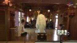Տոկիոյի այս սրբավայրում հավատացյալներից ուղերձներ են ստանում համացանցով և ուղիղ հեռարձակմամբ աղոթում նրանց համար
