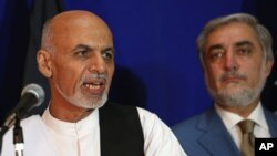 Presiden terpilih Afghanistan, Ashraf Ghani (kiri) dan saingannya dalam Pemilu, Abdullah Abdullah