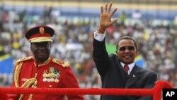 Rais wa Tanzania Jakaya Kikwete akiwa na mkuu wa majeshi Jeneral Davis Mwamunyange. REUTERS/E
