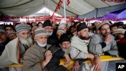 National Conference party supporters attend an election rally on the outskirts of Srinagar, India, April 7, 2014.