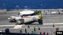 យន្តហោះរ៉ាដានៅលើនាវា USS Ronald Reagan។ (នៅ វណ្ណារិន/VOA)