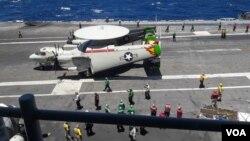 在南中國海游弋的美國里根號航母甲板上的一架雷達機。