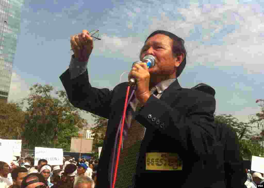 Kem Sokha, vice president of the Cambodia National Rescue Party talks during a demonstration in Phnom Penh, demanding reforms to the National Election Committee ahead of July's parliamentary polls. (Heng Reaksmey/VOA Khmer)