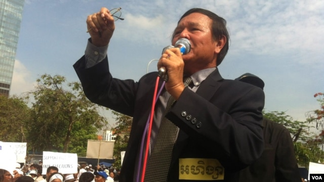 Kem Sokha, vice president of the Cambodia National Rescue Party talks during a demonstration in Phnom Penh, (Heng Reaksmey/VOA Khmer).