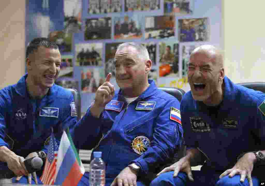 اندرو مورگان فضانورد آمریکایی (چپ) در کنار فضانورد روس و یک فضانورد ایتالیایی (راست) که قرار است به زودی از قزاقستان برای ماموریت راهی فضا شوند.