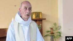 Le Père Jacques Hamel célébrant la messe, le 11 juin 2016, dans l'église de Saint-Etienne-du-Rouvray