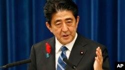 아베 신조 일본 총리가 1일 토쿄에서 소비세 인상 등 경제 정책에 관한 입장을 밝히고 있다.