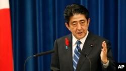日本首相安倍晉三在東京首相官邸舉行記者會宣布上調消售稅