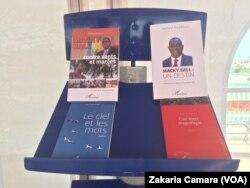 Des livres sénégalais, à Conakry, en Guinée, le 23 avril 2017. (VOA/Zakaria Camara)