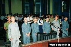 Hòa thượng Thích Quảng Độ (trái) trong phiên tòa ở Tp. Hồ Chí Minh ngày 15/08/1995. Photo ViendongDaily.