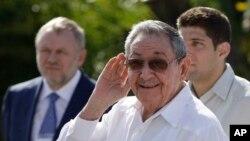 Chủ tịch Cuba Raul Castro (giữa).