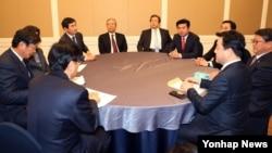 한국 새누리당 지도부와 더불어민주당 지도부가 22일 국회 귀빈식당에서 만나 20대 총선 선거구 획정과 관련한 쟁점 절충 및 북한인권법과 테러방지법 등 여야간 쟁점법안의 주요 내용에 대한 이견을 조율하고 있다.