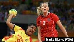 Natalia Bernardo (ANG) com a bola e Emilie Hegh Arntzen (NOR) no jogo Angola vs Noruega. (Arquivo)