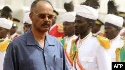 Le président érythréen, Isaias Afwerki, passe en revue la garde d'honneur lors de sa cérémonie de bienvenue dans la capitale soudanaise, Khartoum, le 11 juin 2015.