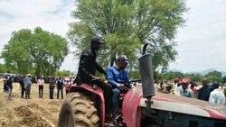 Governo enrega tractores a ex-FAPLA - 3:04