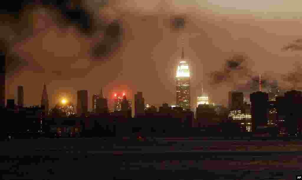 Нью-Йорк. Большая часть Манхэттена погружена во тьму (29 октября)