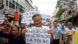 Tiến sĩ Nguyễn Quang A trong một cuộc biểu tình phản đối Formosa tại Hà Nội năm 2016.