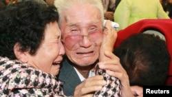 Ông Kim Jin-Won (giữa), 80 tuổi người Bắc Triều Tiên, khóc khi chia tay người thân ở miền Nam sau cuộc đoàn tụ gia đình tạm thời ở khu du lịch núi Kim Cương, 1/11/2010