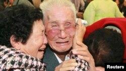 지난 2010년 11월 금강산에서 열린 남북한 이산가족상봉 행사에서 북측 김진원(가운데) 씨가 남측 가족들과의 이별을 앞두고 울음을 터뜨렸다.