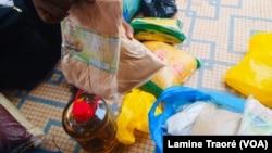 Des sacs contenant des dons pour les déplacés, Ouagadougou, le 1er juillet 2019. (VOA/Lamine Traoré)