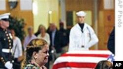 成千上万悼念者对肯尼迪表达敬意