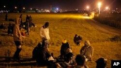 유로터널 근처에 모여있는 아프리카 이민자들 (자료사진)