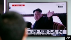 Lãnh đạo Triều Tiên Kim Jong Un trên một chương trình tin tức truyền hình tại ga đường sắt Seoul, Hàn Quốc, thứ Sáu ngày 1 tháng 4 năm 2016.