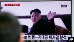 Người dân đang xem bản tin về lãnh tụ Kim Jong Un của Bắc Triều Tiên tại một nhà ga ở Seoul, Nam Triều Tiên, ngày 1/4/2016. Seoul nói Bắc Triều Tiên đã bắn một vật thể bị nghi là phi đạn đạn đạo vào trưa thứ Sáu.