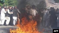 Demonstranti spaljuju američku zastavu tokom protesta u Džalalabadu u Avganistanu, 3. april, 2011.