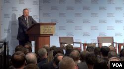 中国国际经济交流中心常务副理事长郑新立在纽约演讲(美国之音方冰拍摄)