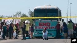 En una protesta similar inmigrantes trataban de impedir el paso de un autobú que trasladaba inmigrantes detenidos a la corte federal en Tucson, el pasado 11 de octubre.