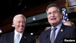 Anggota DPR AS dari Partai Demokrat Whip Steny Hoyer (kiri), dan Joe Garcia dalam konferensi pers tentang reformasi imigrasi di Gedung Capitol, 2 Oktober 2013 (Foto: dok).