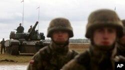 Binh sĩ Ba Lan chuẩn bị đón chào các lực lượng Mỹ, Anh và Roumani đến Orzysz, đông bắc Ba Lan ngày 13/4/2017.