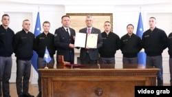 Predsednik Kosova Hašim Tači potpisuje zakone o promeni mandata Kosovskim bezbednosnim snagama