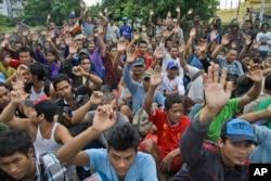 2015年4月3日,获救的缅甸渔民举手回答印尼警方的问题,他们中是否有人要求回缅甸。印尼警方以贩卖人口罪逮捕了两名印尼人和五名泰国人。