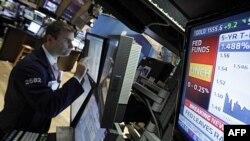 Працівник біржі спостерігає, як міняється відсоткова ставка