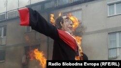 Zapaljena maskota u obliku haškog sudije Carmela Agiusa, Livno
