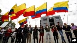 Manifestantes frente al consulado venezolano en Bogotá han protestado por la represión en la frontera con Venezuela.