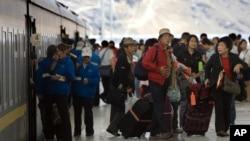 前往西藏的遊客於拉薩火車站。(資料照)